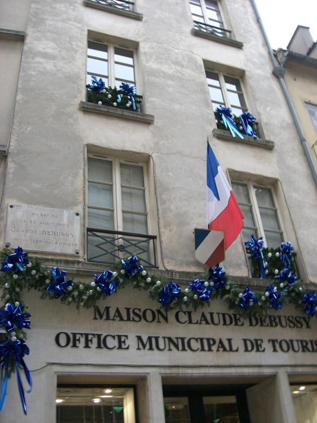 ドビュッシーの生家 現在1階はオフィス・ド・ツーリズムで、2階が博物館